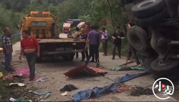 村民疯抢卡车掉落大蒜另一辆卡车从天而降压死8人。