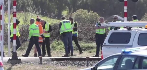 警员在事故现场调查。