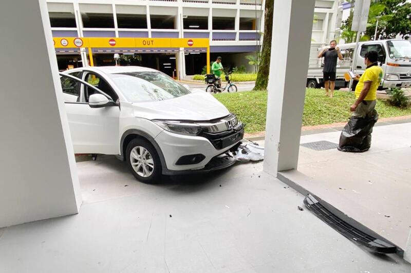 女司机离开停车场时误踩油门,直冲入组屋底楼,撞上墙柱。(受访者提供)
