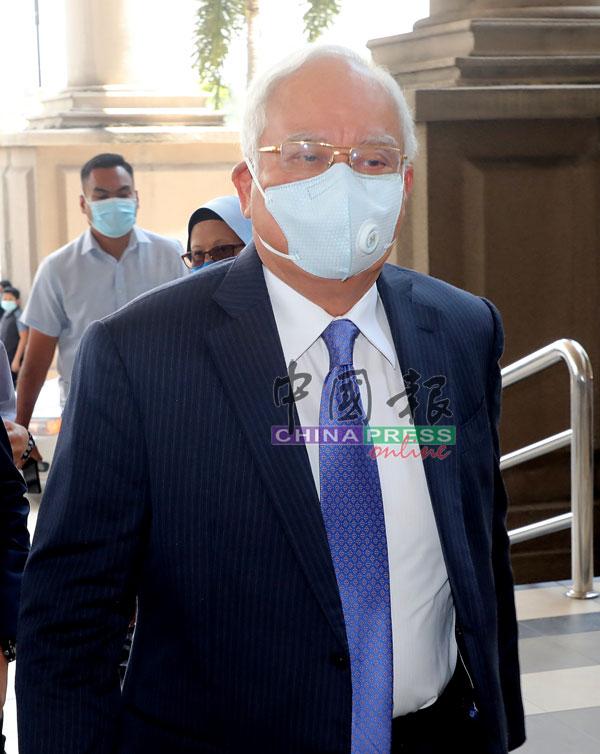 纳吉配合防疫措施,戴上口罩出庭面审。