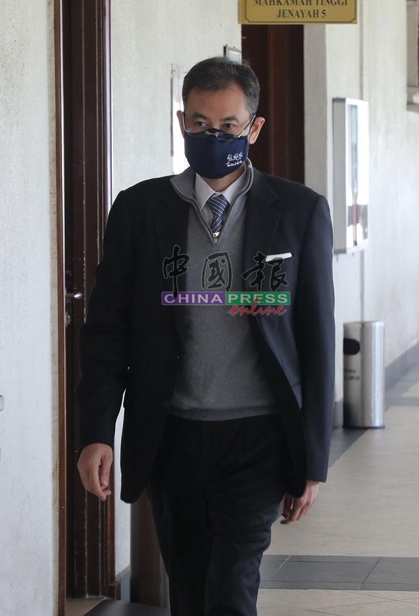沙鲁阿兹拉步入证人室,准备出庭供证。