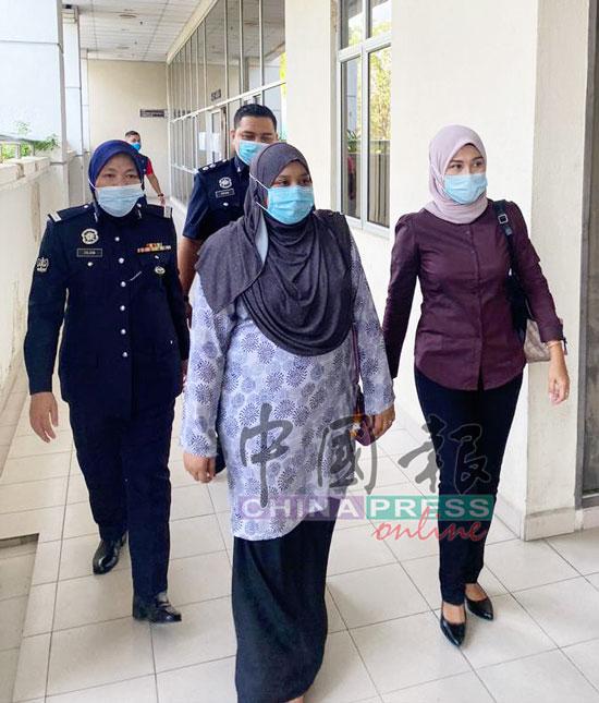 女被告西蒂诺拉丝金(右2)擅自调高薪金,面对11项失信控状,她在庭上对所有控状皆不认罪。