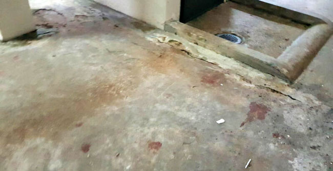 楼底仍可见斑斑血迹。