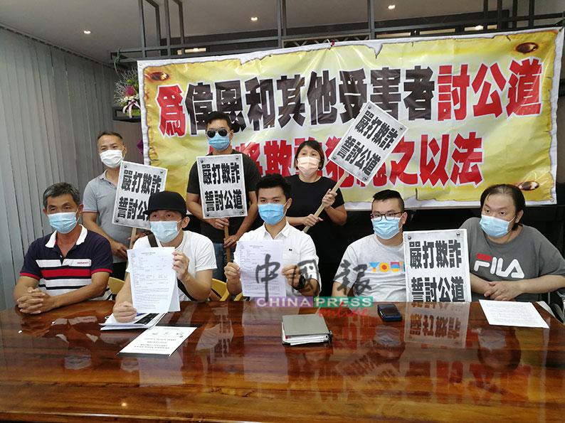 黄玉顺(坐者左起)、郑伟民、卓元格、高益荣与郑志忠,促请余姓前保险代理员出面交代。