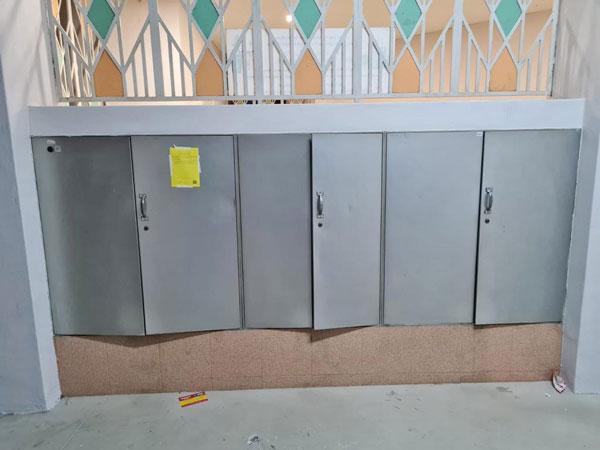 蔡厝港六座组屋的信箱门被人撬开。(新邮政提供)