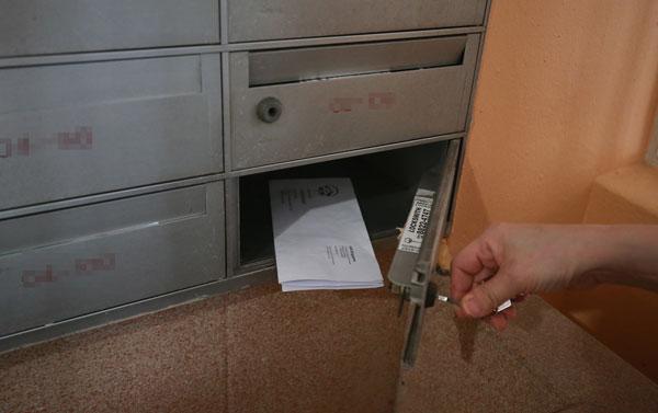 居民黄伟玲透露,她昨天早上到信箱取件时,发现其中一封保险公司寄来的信件被拆开,里头的支票没有丢失。(唐家鸿摄)
