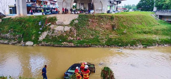 奥迪A6房车司机因疲累不堪,失控坠入距离路面30公尺的河流。