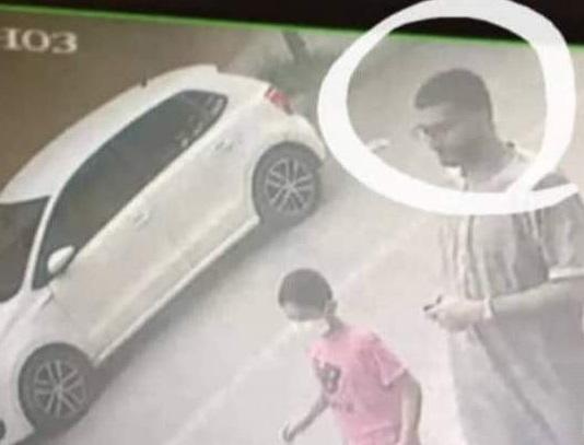 网上流传的照片可见,阿德南遇害前,与一名陌生男子在一起。