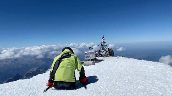纳比耶夫以双手登上了俄国最高峰厄尔布鲁士山。