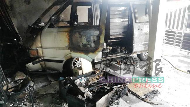 屋主停放屋前的客货车被大火严重烧毁。