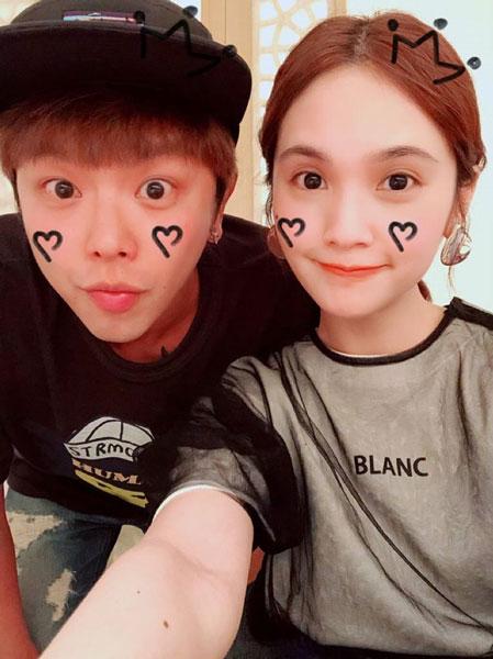 小鬼是杨丞琳的初恋,两人就读华冈艺校时相恋,分手后升华为一辈子的好朋友。