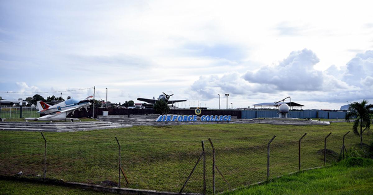 英军早年在甲抛峇底机场炸毁燃油仓库,目的是不让日军使用。
