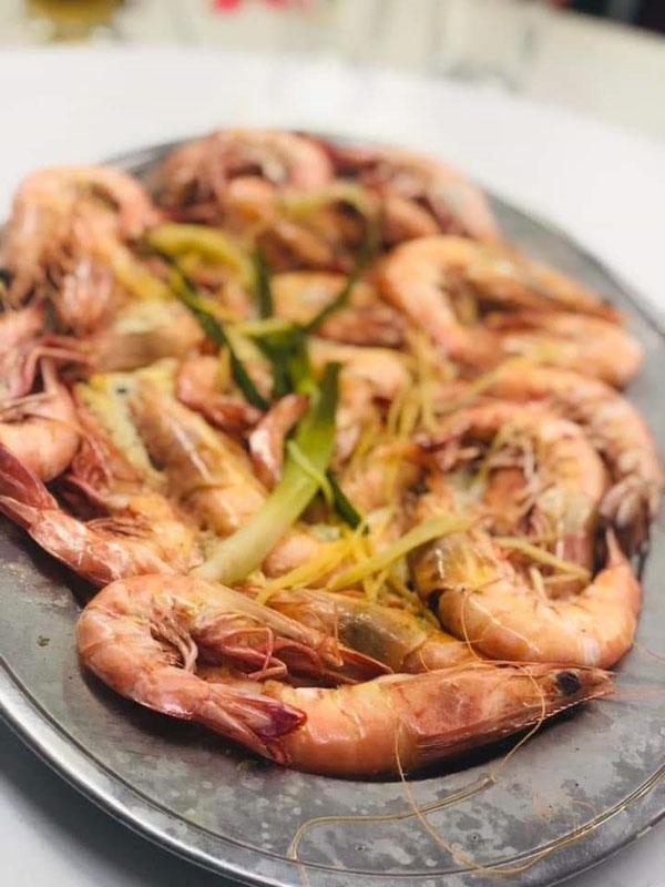 食客自带的鲜虾,每碟煮费50令吉。