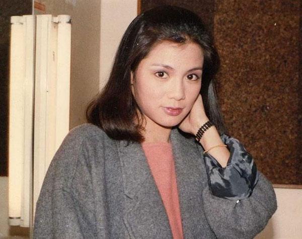 翁美玲在1985年当红时突然自杀身亡,终年26岁。