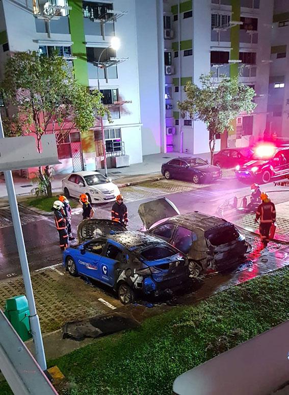 民防人员灭火后,德士和汽车都已被烧到面目全非。(受访者提供)