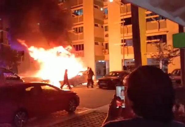 火势非常猛烈,迅速吞噬两辆车,民防人员赶到现场灭火。(受访者提供)