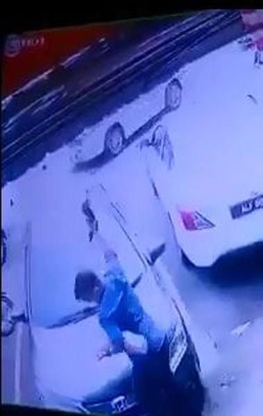 男子将猫抓起,狠狠往地面丢下。