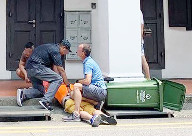 公众制伏偷拍男子。