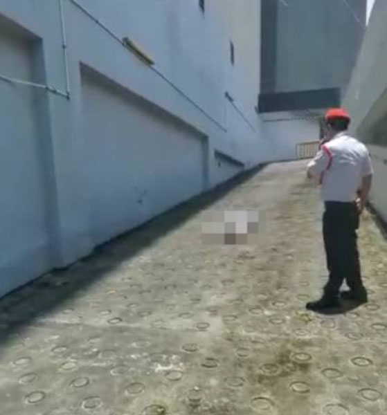白衣女子疑从商场坠下,在泊车场通道卧毙。
