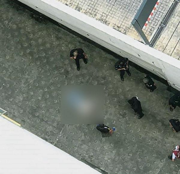 白衣女子疑从商场坠下,倒毙在泊车场通道。