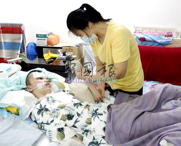 親人到來探望麗珺時,會為她按摩身體,促進氣血流暢。