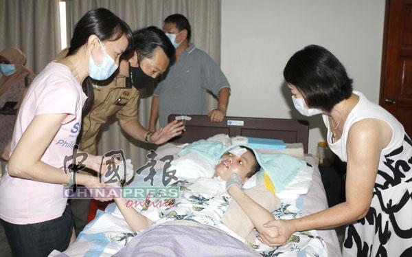 在記者會進行途中,余麗珺悄然落淚,曾飄花(左起)、謝琪清及曾飄香(右)連忙上前給予安慰。