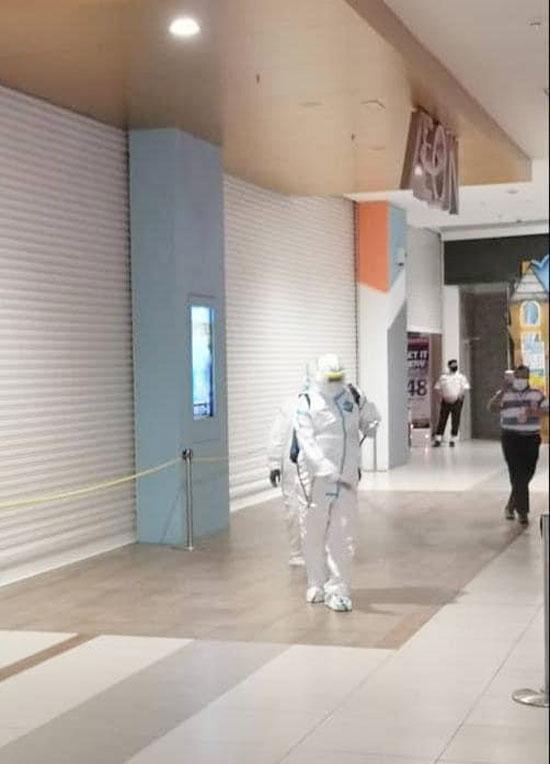 官员在商场各角落进行消毒,确保大众健康及安全。