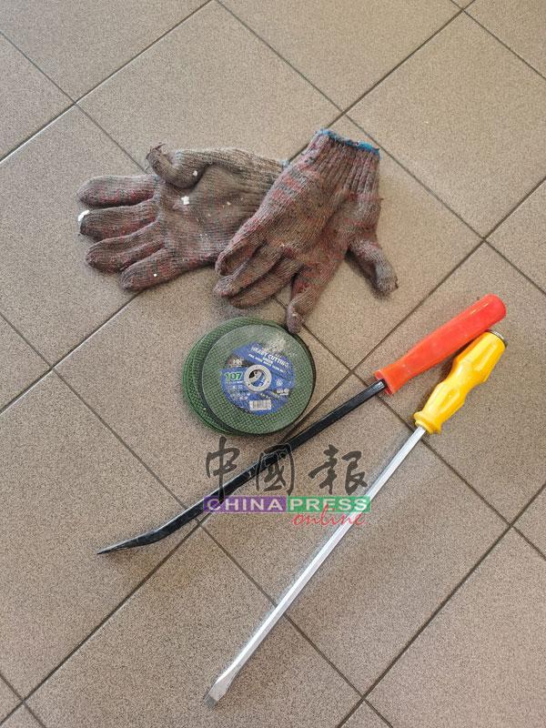 鼠贼留下的干案工具,包括金属切割片、铁撬、螺丝起子,还有一双遗留在屋顶的手套。