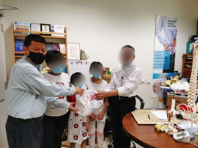 沈春祥周一带姐妹俩,到医院做X光检查。