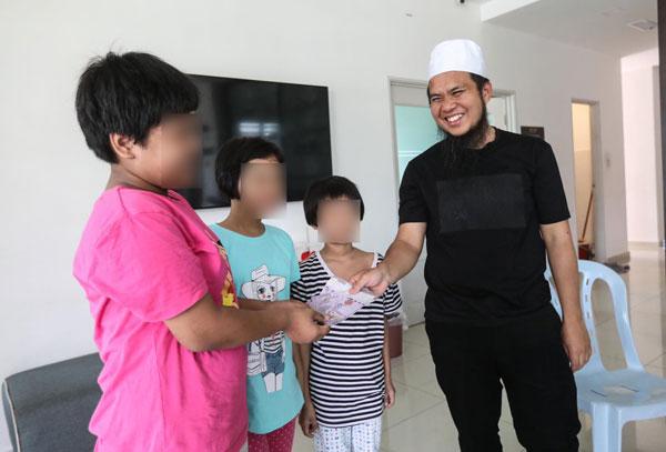 华裔宗教司Ebit Lew探望3姐妹。(取自Ebit Lew面书)