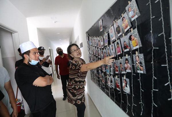 华裔宗教司Ebit Lew,参观关丹拉法儿童之家,右为院长曾雅莲。(取自Ebit Lew面书)