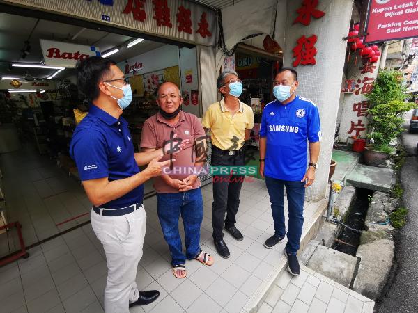 李翰霖(左起)向张文发、曹华源及赖庆中了解情况。