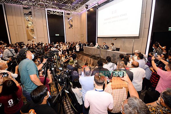 记者会现场吸引大批国内外记者前来,把酒店礼堂挤得水泄不通,但大家也纷纷戴上口罩。