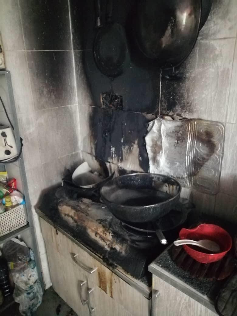 厨房火灾,导致厨具和墙面都被烧毁。