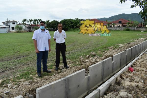 郑洧腾(左)与叶运华召开记者会澄清排水沟工程尚未竣工,并呼吁该网民给予耐心。