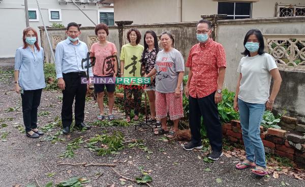 居民向魏世德(左2)反映他们的担忧,左为吴乙苓,右起为蔡玉梅、吴其升及刘亚杏。