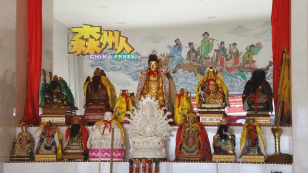 神台后的镜子,倒映对面由赖昭光绘画的八仙过海画,相映成趣。