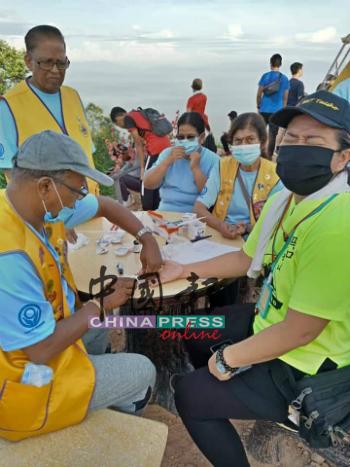 主办当局也在泰梳山顶上免费为民众检验血糖,让民众了解运动对身体健康的重要性。