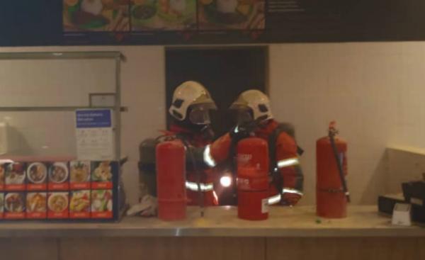 消拯员在食摊展开灌救及清理工作,避免再有火苗。