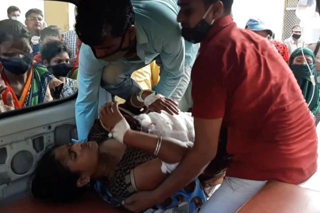 受害女子被抬上救护车,准备送院治疗。