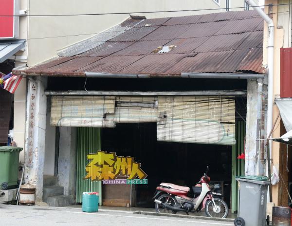 """位于知知港大街的仁和堂已有百年历史,""""仁和堂各省道地药材""""招牌,依然高挂在店旁。"""