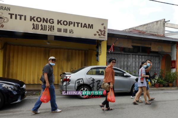 外州游客到来知知港旅游,开心购买当地美食。