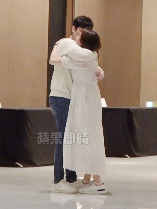 陈乔恩(右)走出厕所奔向男友Alan拥抱,男友亲吻陈乔恩脸颊。