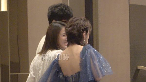 陈乔恩(左)与安以轩两人相见欢互相寒暄。