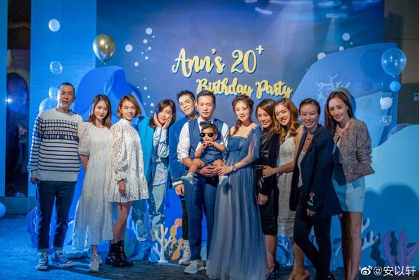 陈乔恩(左二)一袭松身的娃娃装出席安以轩生日派对。