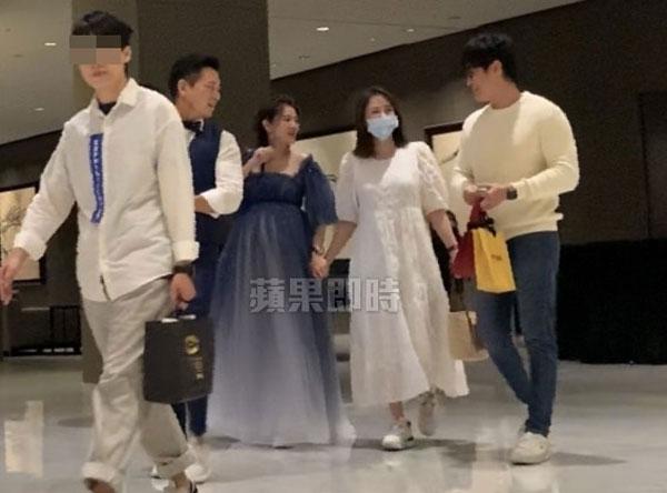 在会场外,陈乔恩(右2)巧遇安以轩夫妇,一同走进会场。