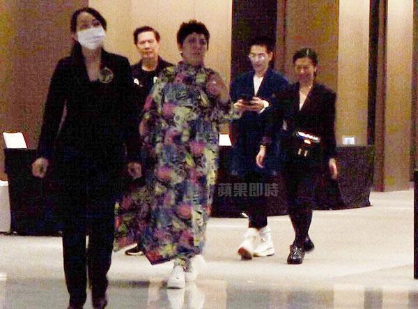 向华强(左起)、向太、萧敬腾、Summer,在饭店人员带领下离开宴会厅。
