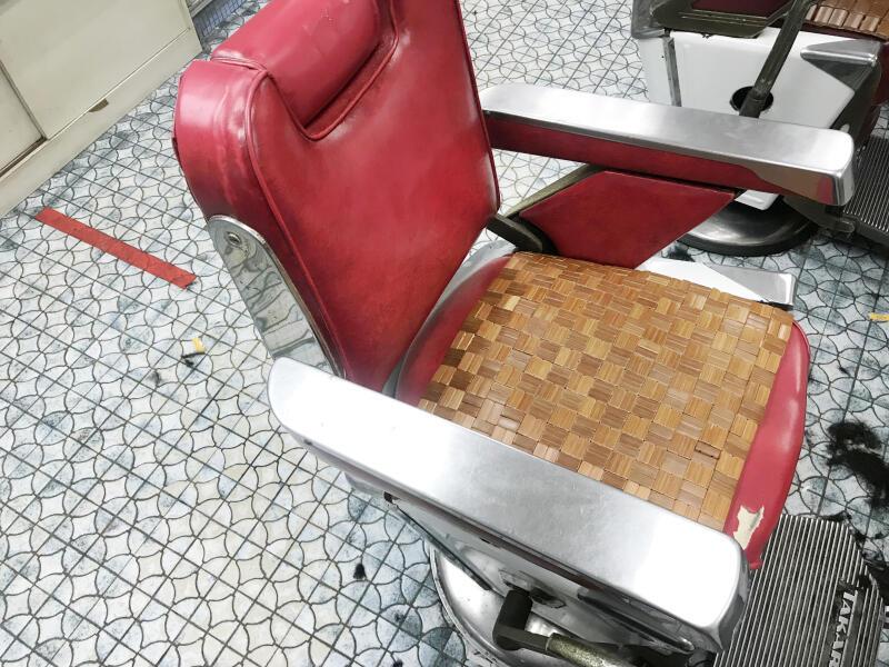 """理发椅同地砖一样,都已""""工作""""近半个世纪,未有改动。"""
