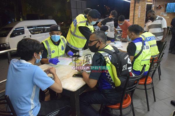 执法警员向违法者发罚单。