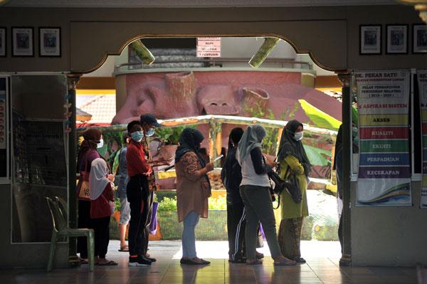师生在学校食堂外围排队,等待进行新冠肺炎检测。